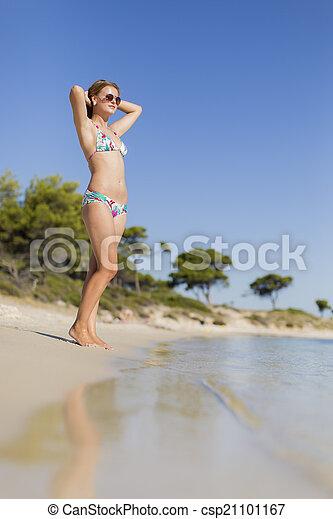 Una joven en la playa - csp21101167