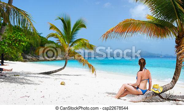 Una joven relajada en la playa - csp22678544