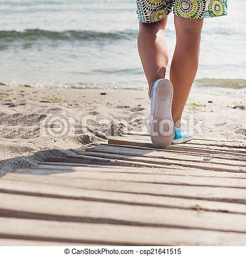 mujer, playa, paseos - csp21641515