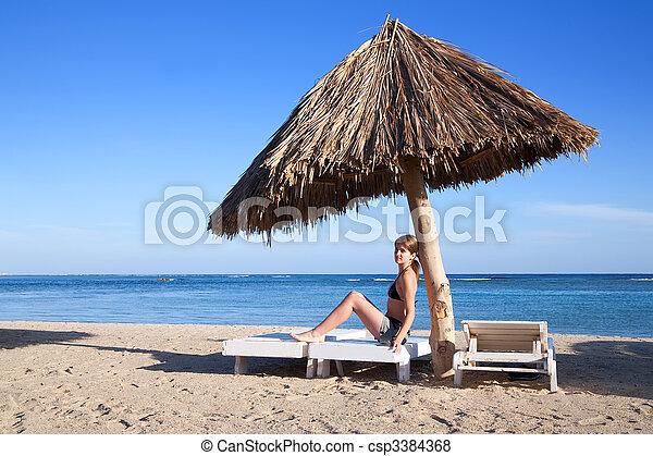 Mujer en la playa - csp3384368