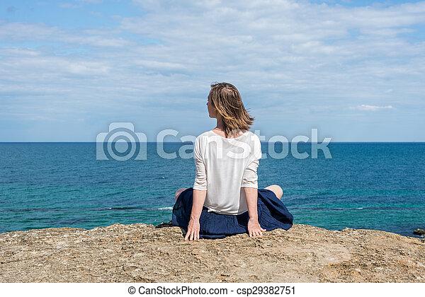 mujer, playa, sentado - csp29382751