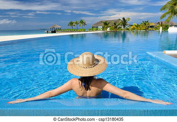 Mujer en la piscina - csp13180435