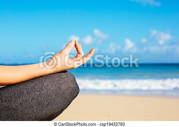 Mujer joven practicando yoga de meditación matutina - csp19433793