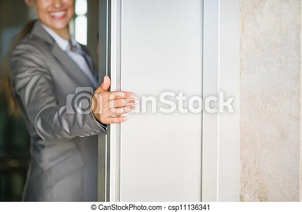 mujer, puerta, empresa / negocio, elevador, mano, primer plano, tenencia - csp11136341