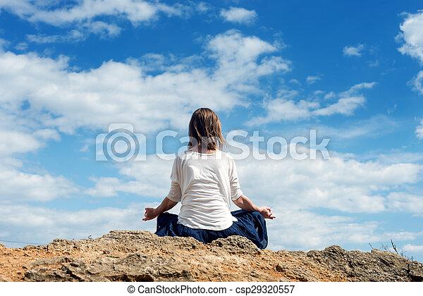 Mujer meditando en el mar - csp29320557
