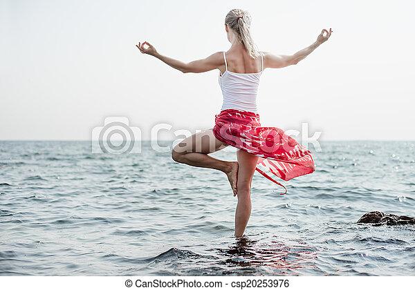 Mujer meditando en el mar - csp20253976
