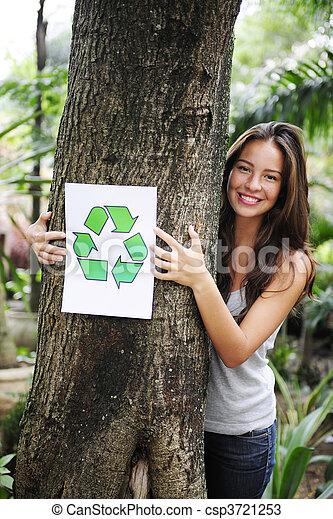 Reciclando: una mujer en el bosque con una señal de reciclado - csp3721253