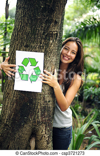 Reciclando: una mujer en el bosque con una señal de reciclado - csp3721273