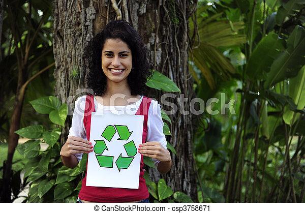 Reciclando: una mujer en el bosque con una señal de reciclado - csp3758671