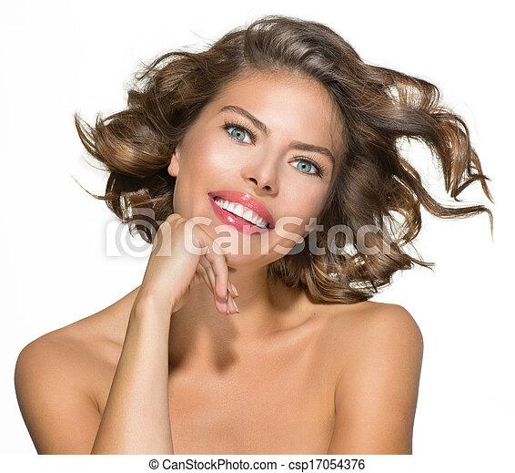Retrato de bella joven sobre blanco. Cabello rizado corto - csp17054376