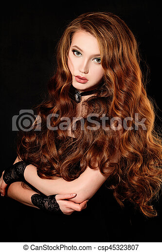Mujer de cabello rizado largo, retrato de moda - csp45323807