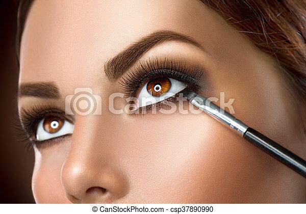 mujer, ser aplicable, eyeliner, maquillaje, closeup. - csp37890990
