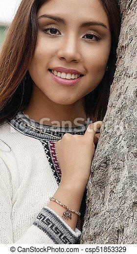 Mujer sonriente al aire libre - csp51853329