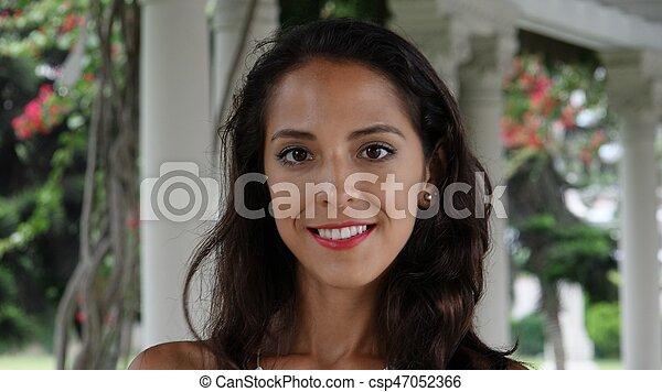 Una mujer muy sonriente - csp47052366