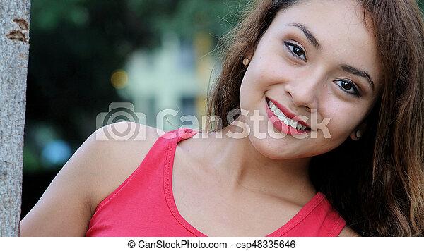 Mujer feliz sonriendo - csp48335646