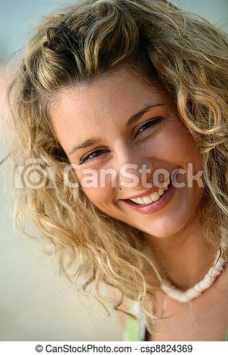 Mujer sonriente - csp8824369