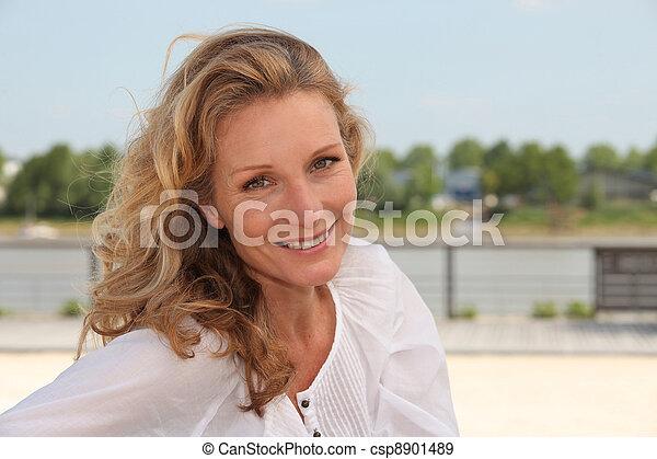 Mujer sonriendo - csp8901489