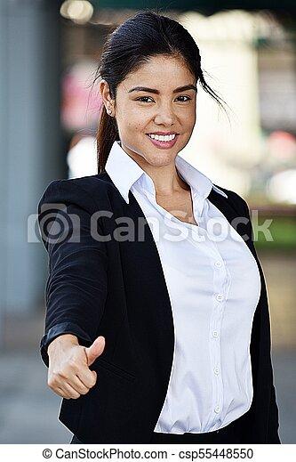 Una joven mujer de negocios colombiana sonriendo - csp55448550