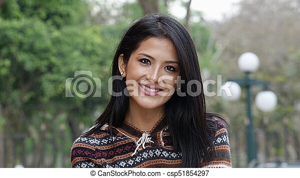 Una joven sonriente afuera - csp51854297