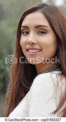 Una joven sonriente - csp51853327