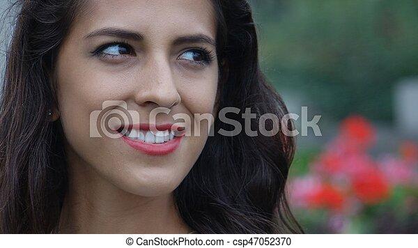 Una joven sonriente - csp47052370