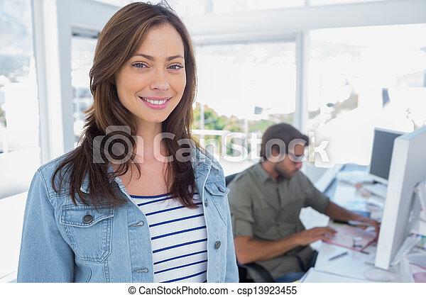 Mujer sonriente oficina creativo mujer oficina de for Oficinas chicas