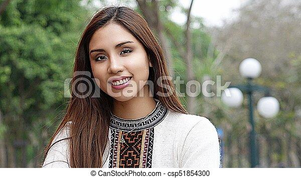 Mujer sonriente en el parque - csp51854300