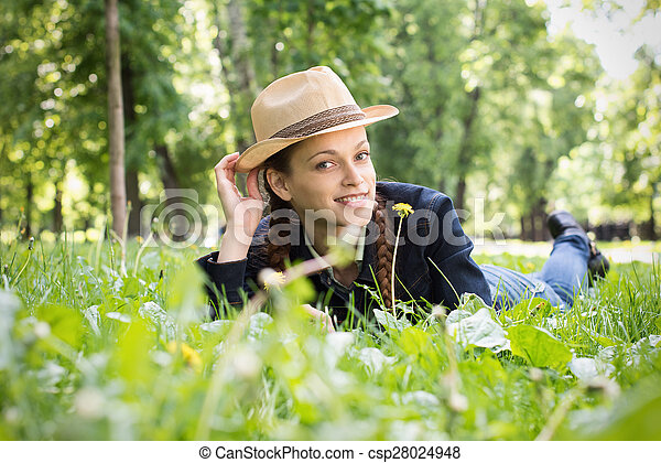 Mujer sonriente en el parque - csp28024948