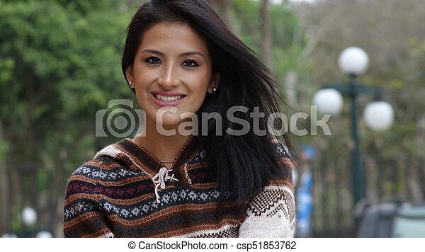 Mujer sonriente en el parque - csp51853762