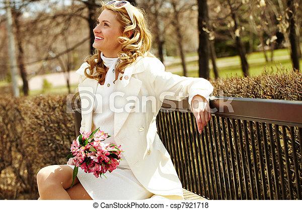 Mujer sonriente en el parque - csp7921718