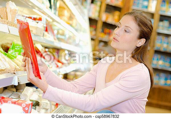 Una mujer en el supermercado - csp58967832