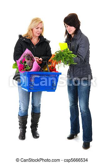 Dos mujeres de compras en el supermercado - csp5666534