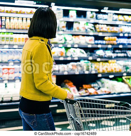 Una joven comprando en el supermercado - csp16742489