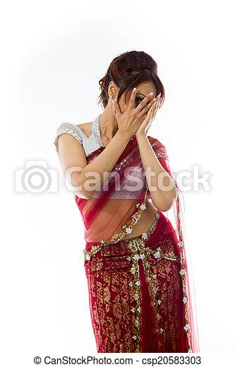 mujer, tímido, joven, por, cara, indio, echar una ojeada, cubierto - csp20583303