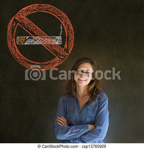 No fumes tabacaleras en el fondo de la pizarra - csp13765929
