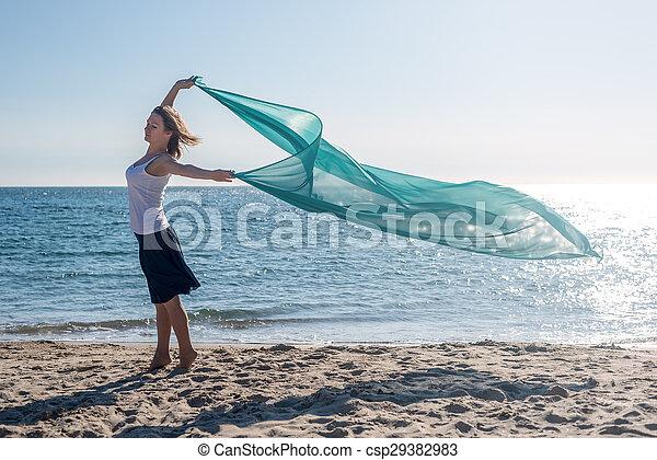 Una mujer con un tejido de color - csp29382983