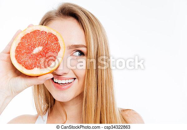 Mujer sosteniendo una rebanada de pomelo - csp34322863