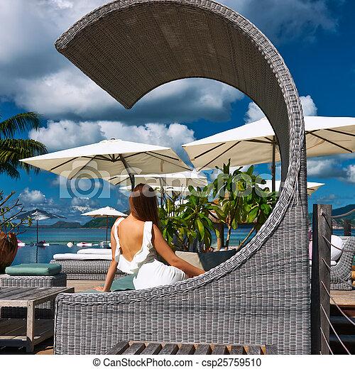Mujer en un embarcadero de playa tropical - csp25759510
