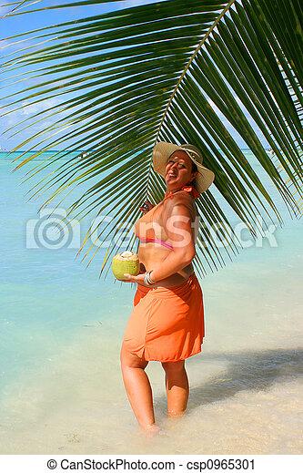 Mujer de playa tropical - csp0965301