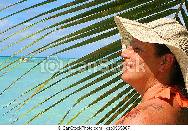 Mujer de playa tropical - csp0965307