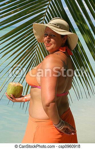 Mujer de playa tropical - csp0960918