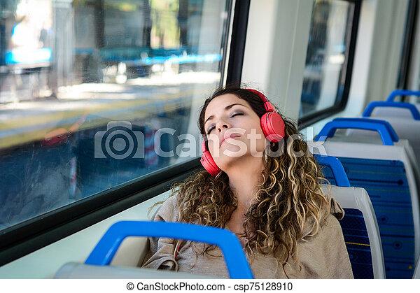 mujer, ventana., urbano, viaje, al lado de, tren, sueño - csp75128910