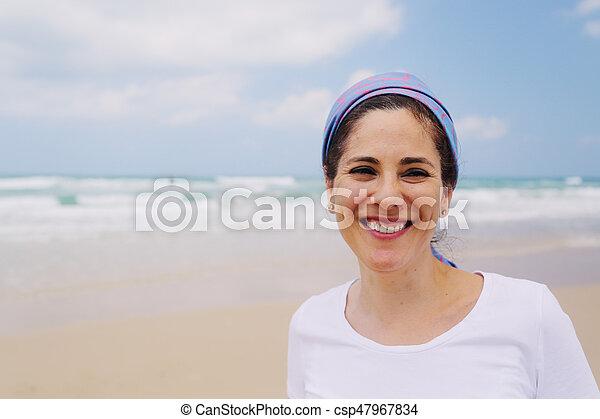 Retrato al aire libre de una mujer de 40 años - csp47967834
