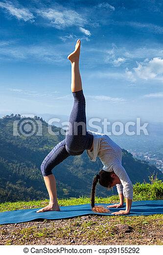 mujer haciendo yoga asana al aire libre yoga outdooors