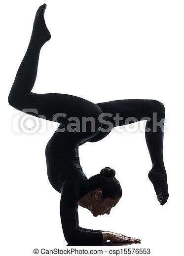 Mujer contorsionista haciendo ejercicio gimnasta de yoga - csp15576553