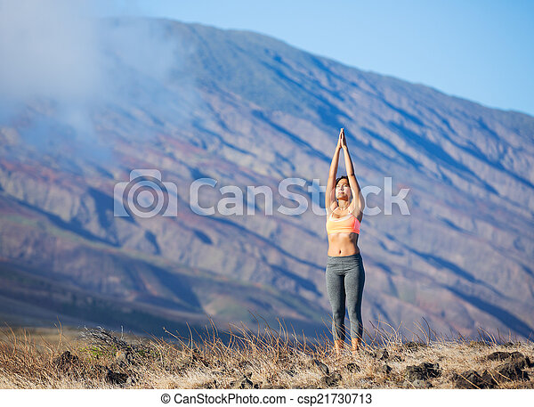 mujer yoga aire libre