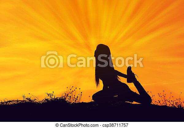 mujer, yoga, sol, set., siluetas, colina, plano de fondo, elaboración - csp38711757