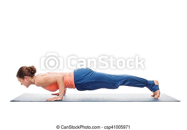 mujer haciendo ashtanga vinyasa yoga asana chaturanga