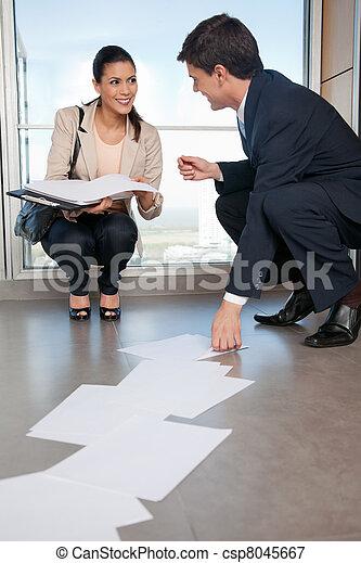 mulher, ajudando, cobrar, documentos, caído, homem - csp8045667