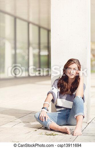 mulher, ao ar livre, descalço, atraente, verão - csp13911694